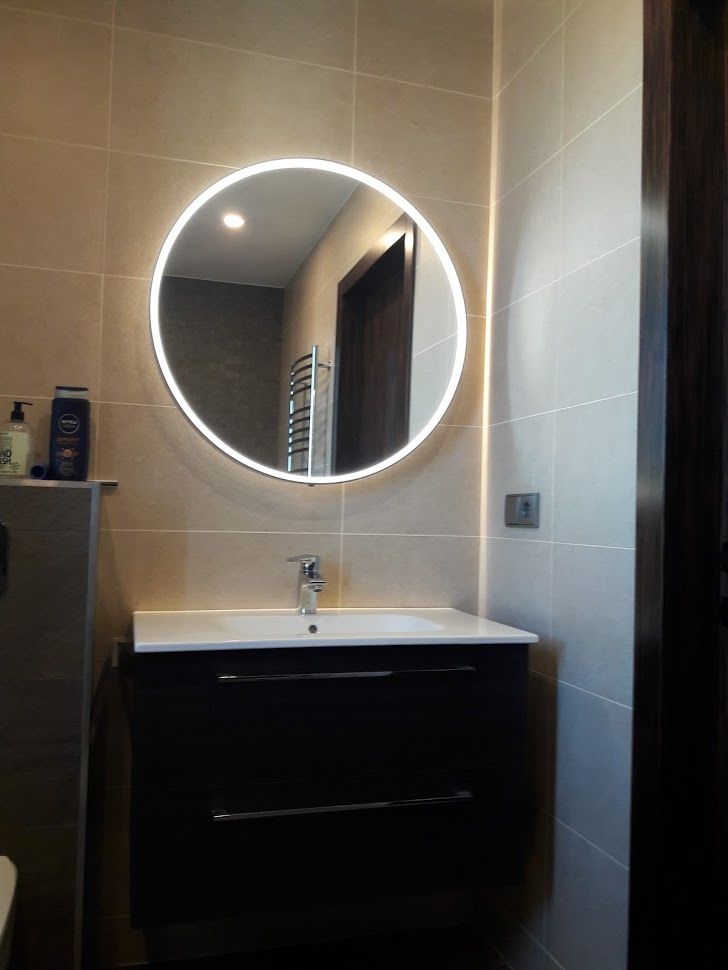 Round makeup mirror with led